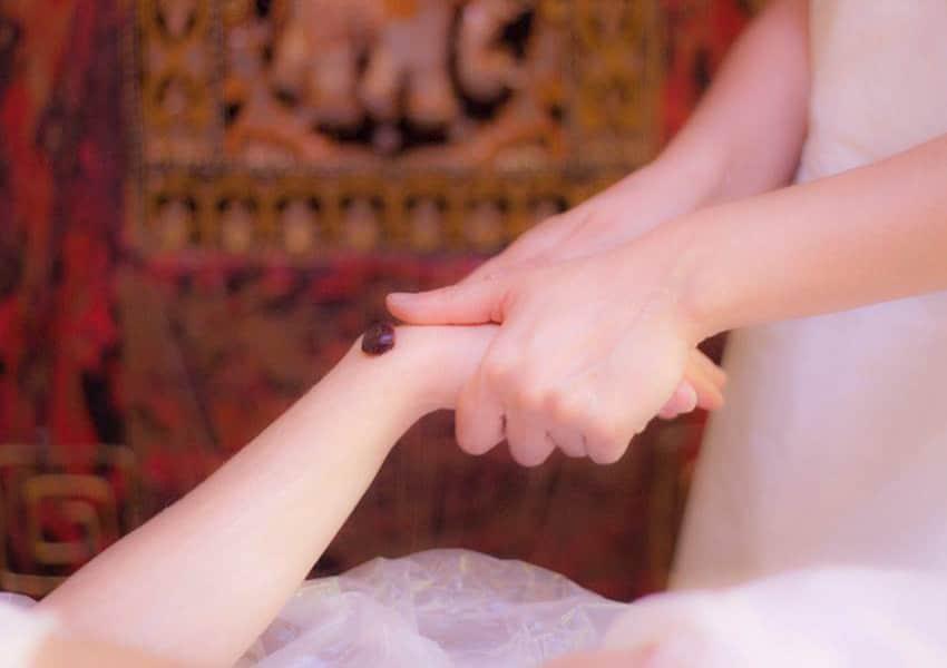 Benefici-massaggio-spa-dettaglio-mano